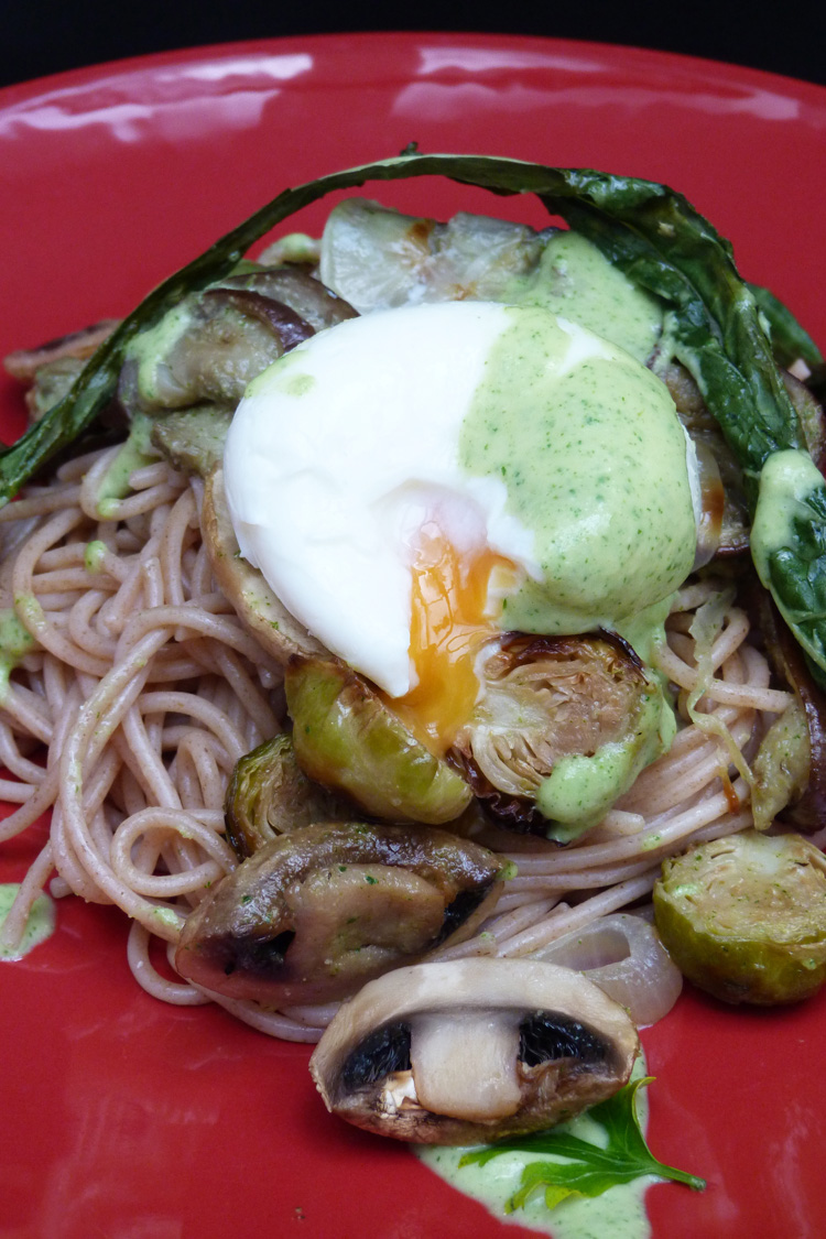 Espaguetis amb verdures i ou mollet